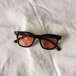 Kacamata Lensa Merah