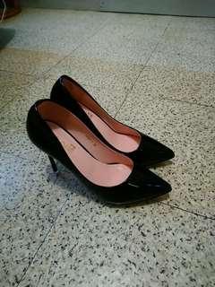 黑色高踭漆皮鞋