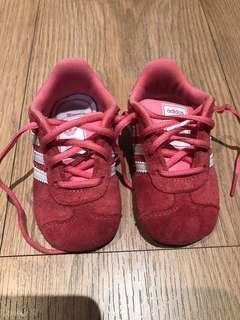 🚚 adidas粉紅色麂皮材質童鞋