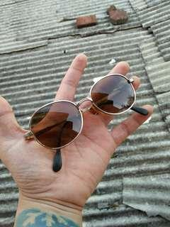 Vintage sunglasses John Lennon Brand: Nagoya  10KGP 48¤16 Made in Japan Tag logo brand full ukiran Rare/limited edition Vintage Authentic Unisex(Bisa dipakai untuk cowok/cewek) Kondisi 97% sangat mulus Frame besi kuningan (gold) lensa kaca asli