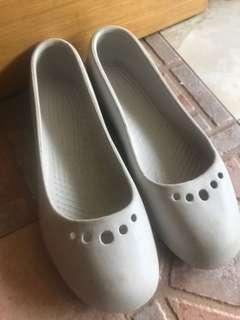 Crocs creme shoes