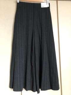 Uniqlo dark grey cropped pants