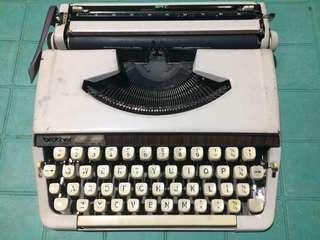 Typewriter - Brother Deluxe 900