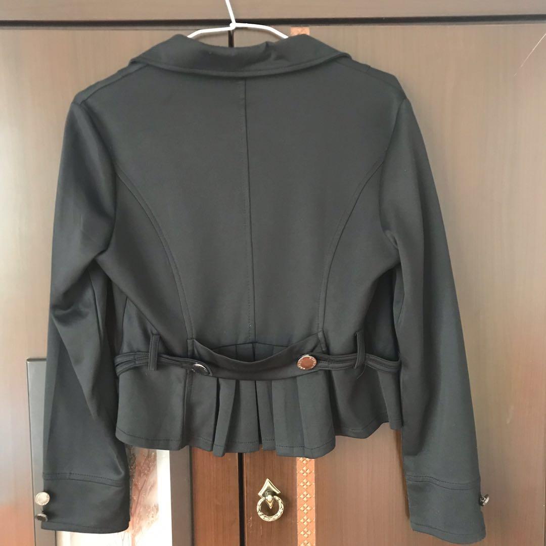 黑色短版西裝外套