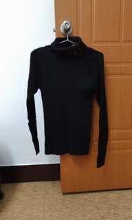 鈕扣裝飾黑色高領針織上衣