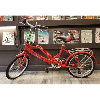 折疊式六段變速腳踏車。自行車。20吋。附兩個籃子,帶寵物兜風買菜都很方便。平常都停放室內,狀況非常好。只要$2000.