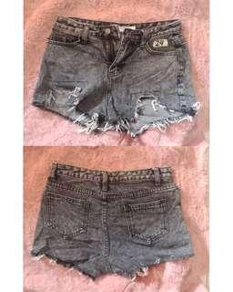 Low-waist tattered shorts