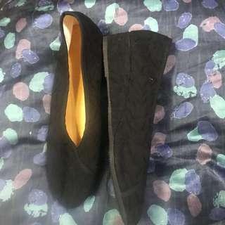 🚚 [全新] 媽媽的愛-黑色繡花鞋 低跟3cm