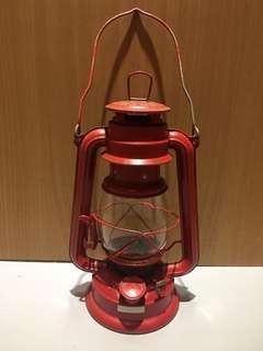 早期煤油燈 紅色煤油燈 煤油燈 露營燈 戶外燈 復古造型 造型擺飾
