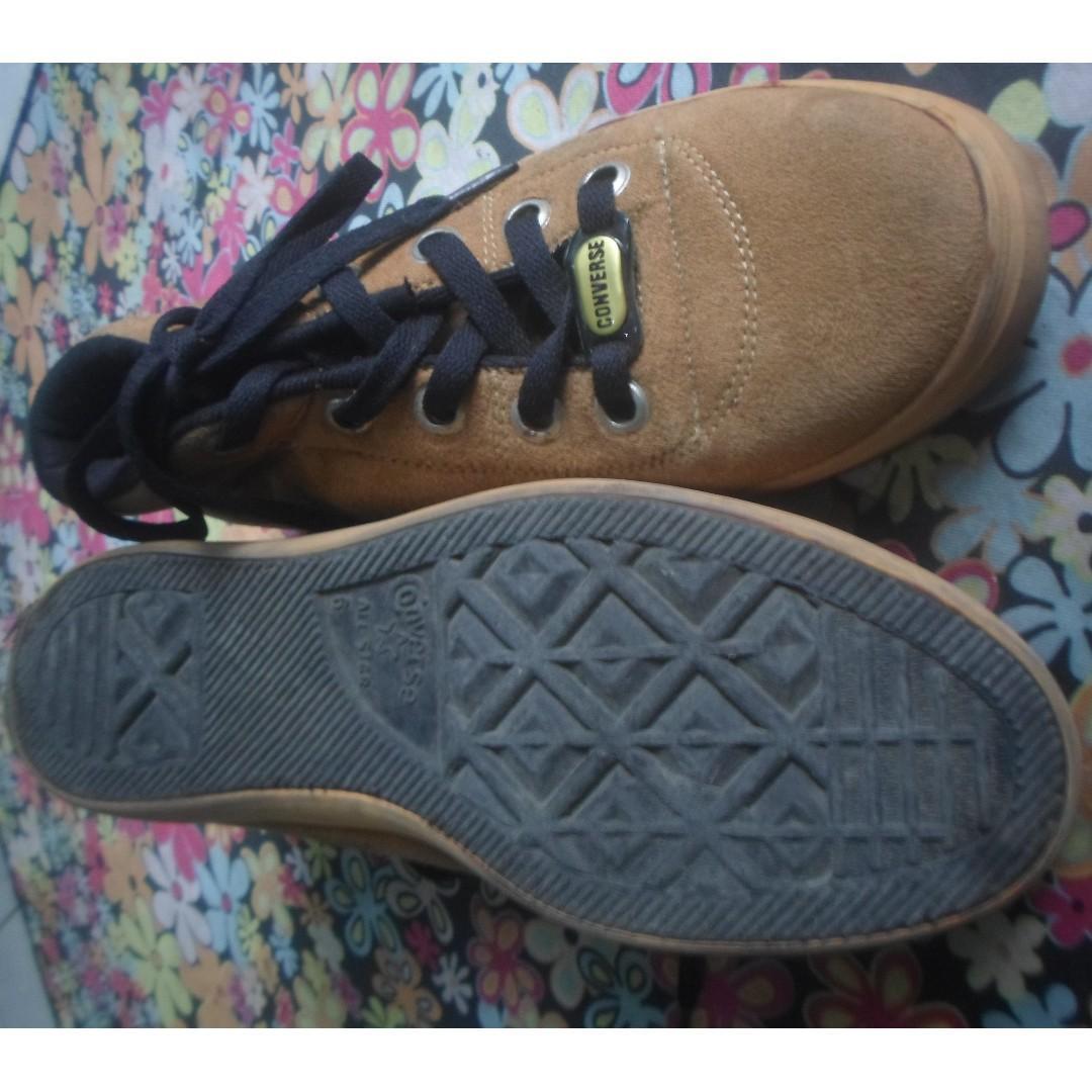 Sepatu Converse Booth