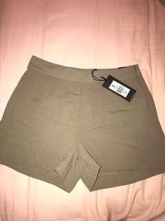 Highwaisted khaki shorts