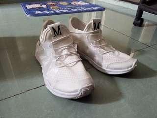 37碼白鞋