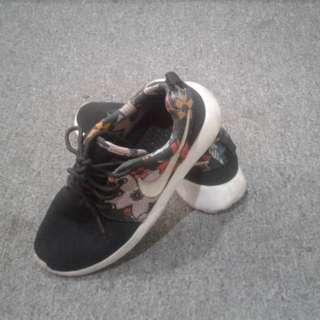 Used Female Sport Shoes for sale