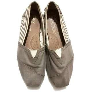 Toms brown shoes size 8