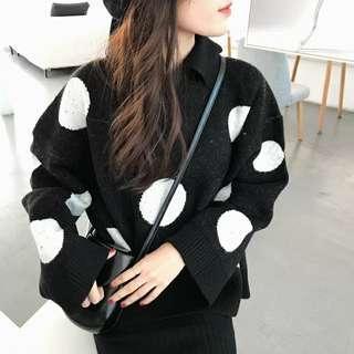 🚚 黑底大波白點polo領寬鬆針織毛衣