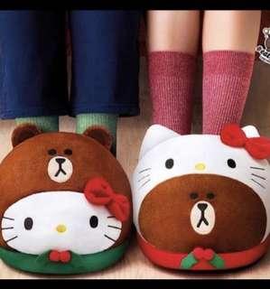 7-11  LINE FRIENDS x Hello Kitty 熊大Brown 聖誕禮物 暖腳枕 腳套 一套 全新兩隻