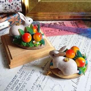✨ 日本樹脂小物 🌾  野兔與果林 原木片立體吊墜 兩色選 送皮繩 ✨