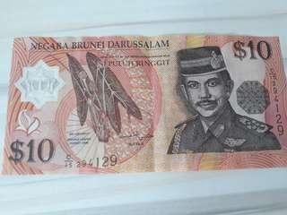 Brunei 10 dollar notes