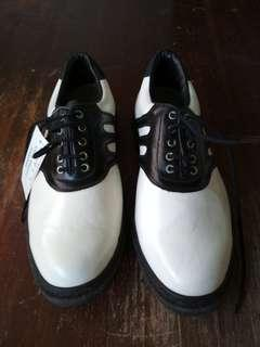 Brand new golf shoes size 6B