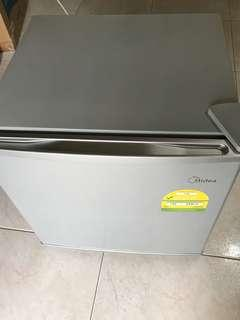 Mini fridge/Bar fridge