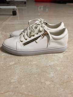 Mondo all white sneakers