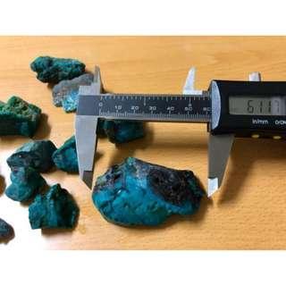 美國天然藍寶石塊13顆破盤價出清 課堂教材用 聚寶盆內裝藏用 可加工外框製作天然藍寶墜 亦可做收藏價值總重約211公克