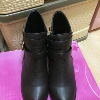 🚚 咖啡色金扣短靴