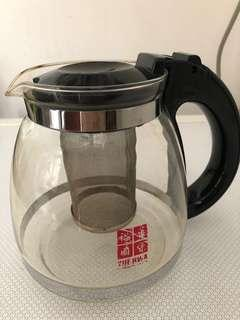Large tea pot with strainer