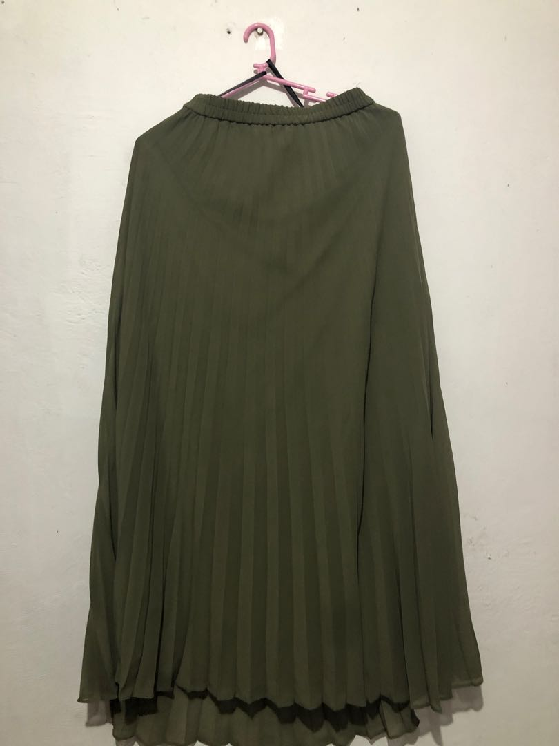 2f18d96354 Uniqlo pleated skirt, Women's Fashion, Clothes, Dresses & Skirts on ...