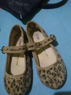 Sepatu anak gap