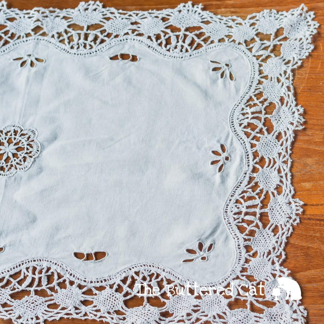 Dresser Une Table À L Anglaise pretty vintage lace edged + broderie anglaise embroidered