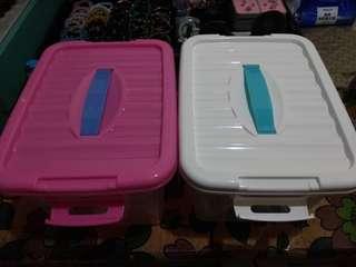 收納盒 有4個白色2個粉紅2個一個100只裝水當二手賣