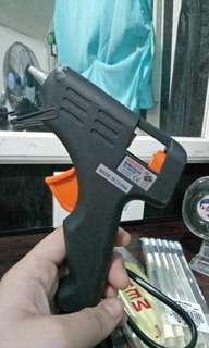 Glue gun with glue sticks