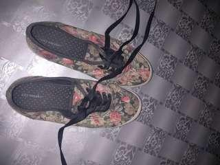 Sneakers city flower payless
