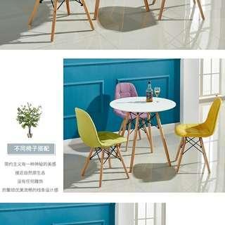 白色圓餐檯 x 黃色餐椅 x 紅色餐椅