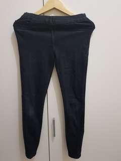 Jeans hitam pinggang karet, dijual karna udh gak muat.Size 28 ya.
