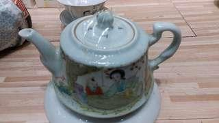 民國江西瓷業公司制仕女圖茶壼,名家(羅子林)手繪。(已售)