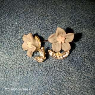 Anting bunga abu