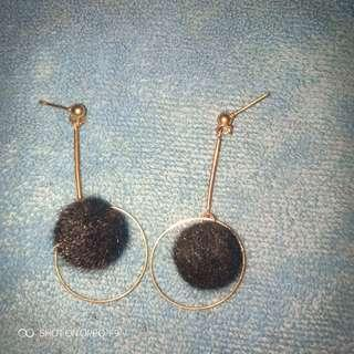 Anting pompom hitam carla