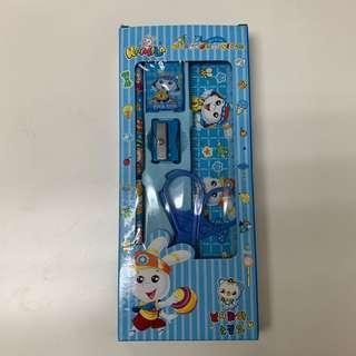 🚚 卡通文具組(藍色) 鉛筆 橡皮擦 削鉛筆器 直尺 剪刀 實用小禮物 全新未拆封