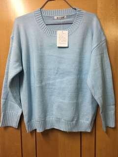 淺藍色圓領冷衫