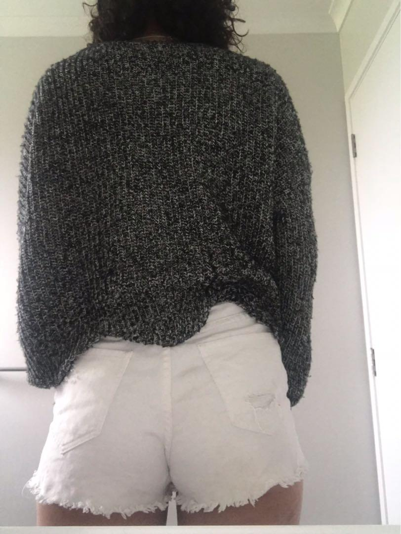 GREY AN WHITE SWEATER SIZE XL