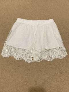 OOTD White lace shorts