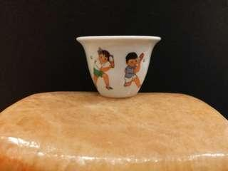 """""""非常稀少"""" {Extremely Rare Ping Pong Small Wine Cup} 記念乒乓外交而生產的小酒杯,真正文革遺物!。口徑6.5公分,高度4.5公分。  圖案是兩個男女童打乒乓,非常漂亮。杯內有少許普遍窑裂。"""
