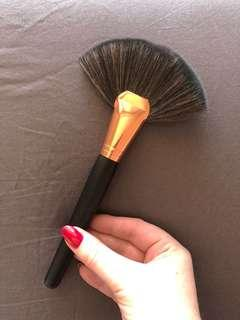LARGE SYNTHETIC FAN BRUSH