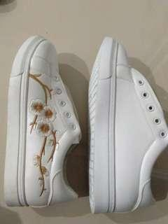 Embroidery flower white shoe