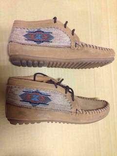 🚚 MINNETONKIA 沙棕色麂皮刺繡莫卡辛 女短靴 民族風