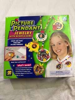 Picture Pendant Jewelry with Beads & Gems