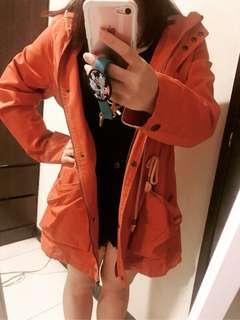 橘色風衣外套