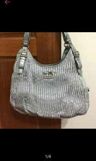 🚚 新年降價↘️↘️↘️Coach銀色皺摺包